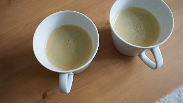 Kaffee - Koffein - Zwei Tassen auf einem Tisch