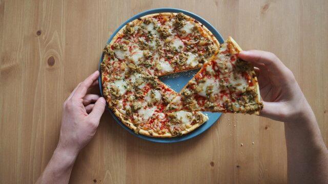 Pizza - Fast Food auf dem Teller