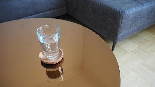 Wasser im Glas auf einem Tisch
