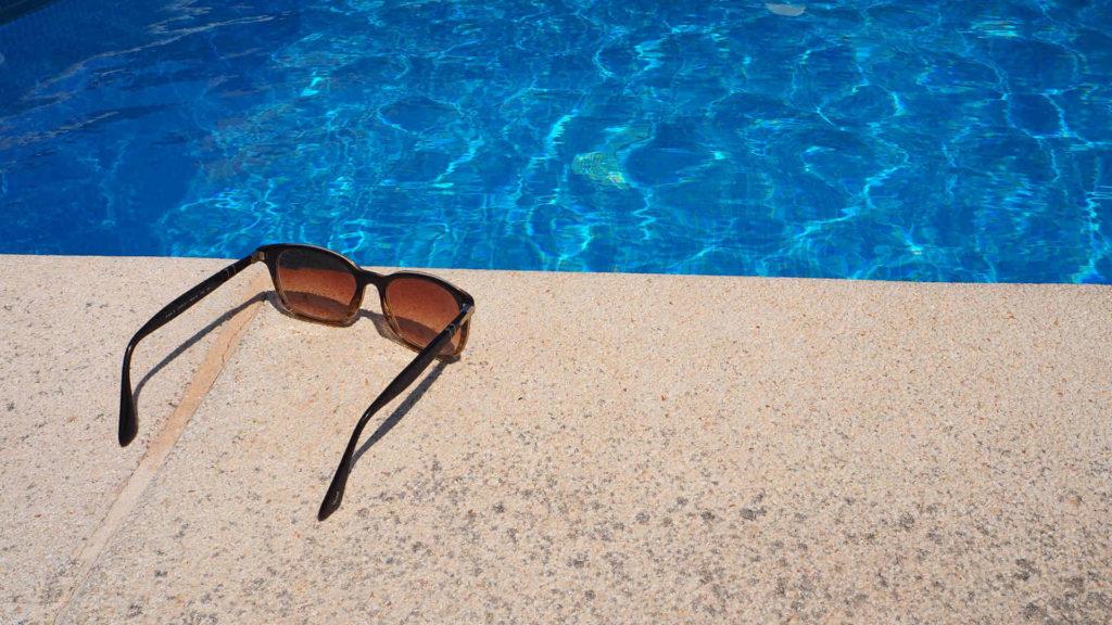 Lichttherapie - Sonnenbrille am Pool