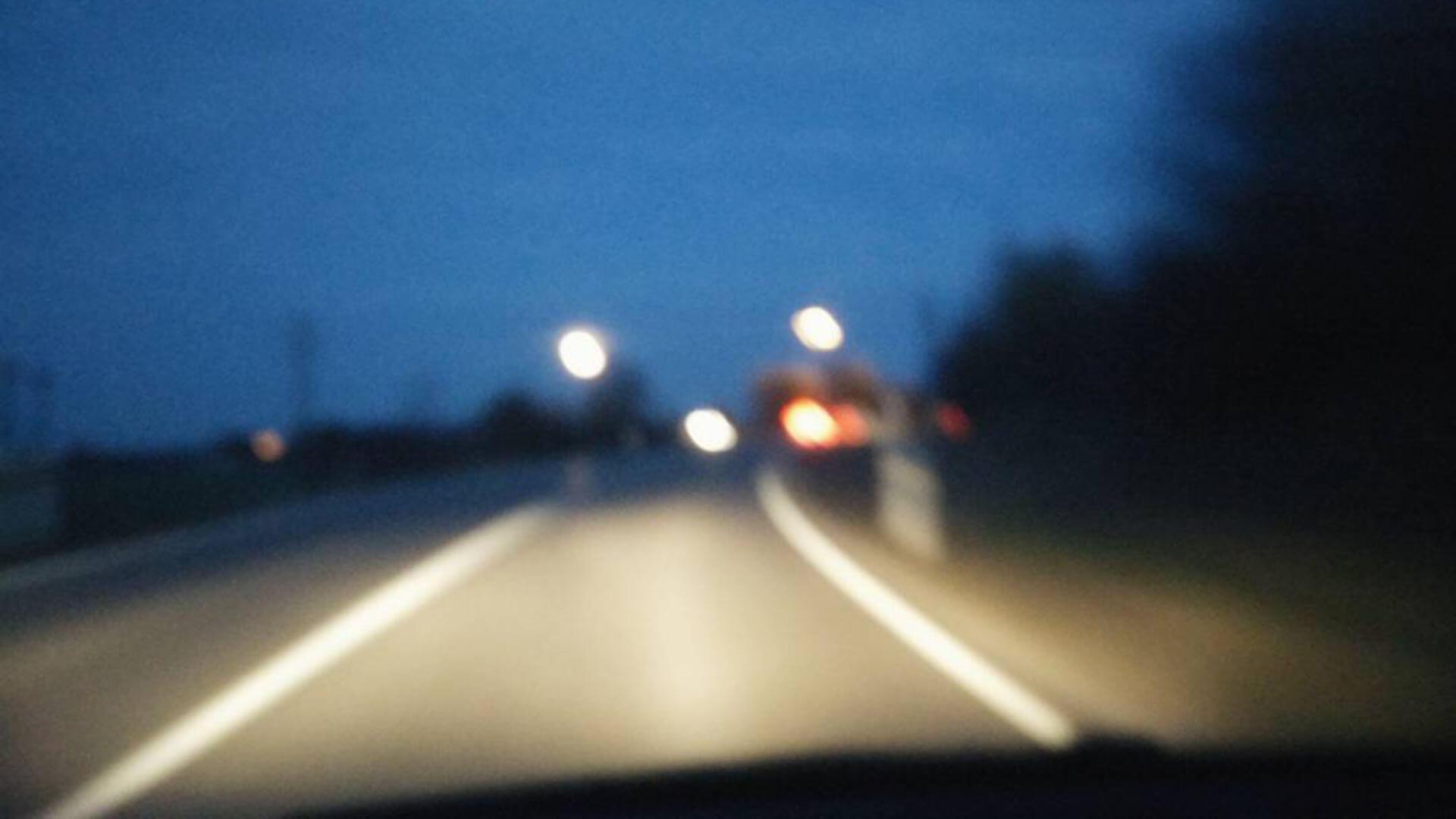 Luzides Träumen - Verschwommene Straße bei Nacht